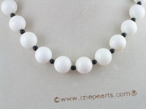 tqn020 14mm Deep sea tridacna necklace with black agate beads